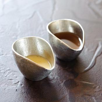 前述したビアカップにアイスコーヒーを入れた際、ミルクピッチャーも錫製品をお揃いでお出ししてはいかがでしょうか。ミルクだけでなくドレッシング入れとしても使用しやすいシンプルで上品なピッチャーです。