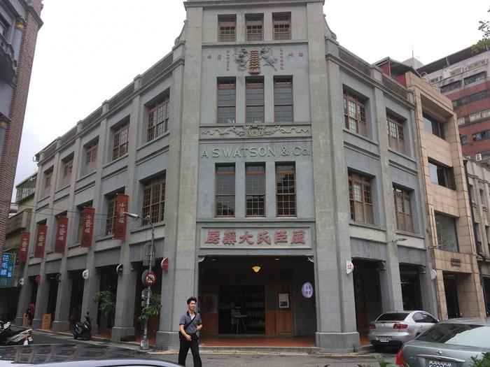 古い建物をリノベーションしてできた雑貨屋さんや本屋さん、カフェなどがありレトロでオシャレなお店も多いです。