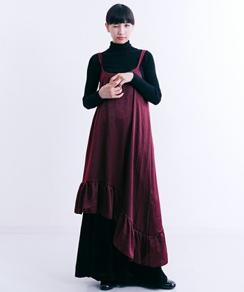 しっとりとしたツヤと落ち感が美しい、アシンメトリーなキャミソールワンピース。タートルネックのカットソーと、薄手のロングスカートを合わせるだけで、シンプルながらロマンティックかつ印象的なコーディネートになります。