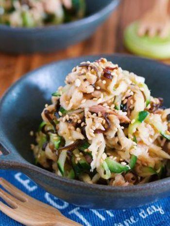 切干大根を水戻しせずにサラダにします。塩昆布やツナのうまみを吸った切干大根がおいしくて、まさに無限に食べられるサラダです。