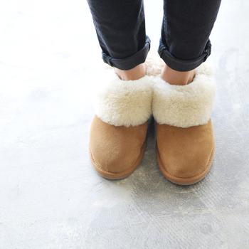"""寒い季節の定番、ムートンブーツ。こちらは、シープスキンブーツ(ムートンブーツ)で知られるオーストラリアの「EMU(エミュ)」の日本限定モデル""""BAIA(バイア)""""。ベリーショート丈のムートンに、ボリューミーなふわふわファーがついて、足をすっぽり包んでくれます。"""