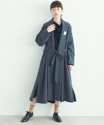 黒のワンピースやグレーのロングコートなど、洗練されたシックなスタイル。足元に暖色のオレンジカラーのソックスを合わせて、決めすぎないのが大人のおしゃれ♪