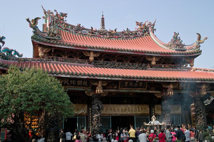 台北の西側にある龍山寺駅周辺は『萬華(ワンファ)』と呼ばれる台北の中でも歴史あるエリアのひとつです。周辺には昔ながらの景観が残っていて、少し歩くだけで台湾の古きよき風景を楽しむことができます。