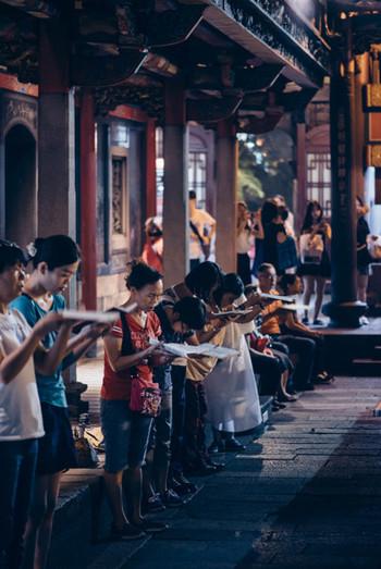 龍山寺は台北の中で最も古いお寺です。縁結びの御利益が特に有名で参拝者が絶えません。龍山寺の中に入ると、多くの地元の人達が熱心にお経を読む姿が見えます。耳を傾けると日本でも聞く「南無阿弥陀仏」と唱える声が聞こえます。
