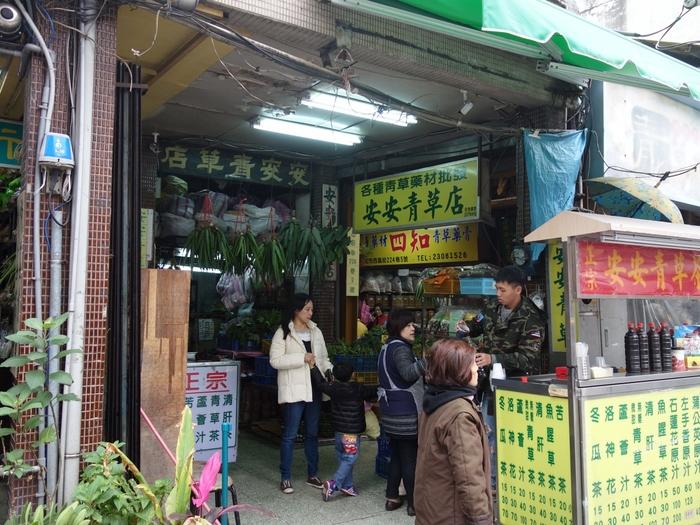 龍山寺の西側には『青草巷(チンツァオシャン)』と呼ばれる小さな路地があり、薬草を扱ったお店が10数店集まっています。軒先では薬草を使ったお茶が売られています。身体の熱をとる効能がある甘い冬瓜茶や苦いけど健康によい苦茶など、身体によさそうなドリンクがいっぱいです。