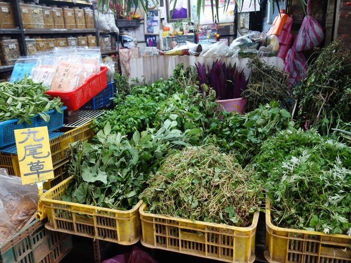 売られている薬草は主に台湾産のもの。路地に足を踏み入れると、爽やかな薬草の香りが漂ってきますよ。