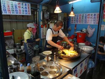 市場の中で売っている物は主に野菜やお肉。その他に、服や宝石を売っているお店もあります。屋台もあるのでお腹が空いたら食べ歩きもできますよ。