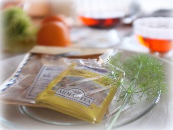 紅茶は茶葉を発酵したもの。この発酵の段階で抗酸化作用のある成分「紅茶ポリフェノール」が発生します。また、殺菌作用がある「テアニン」も含まれていることがわかっています。