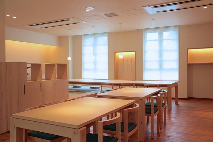 内装は家具デザイナーの小泉誠氏、デザイン監修は「折形デザイン研究所」の山口信博氏が手掛けた店内。自然の木目を生かした柔らかい雰囲気の中、ゆったりとした時間を過ごせます。