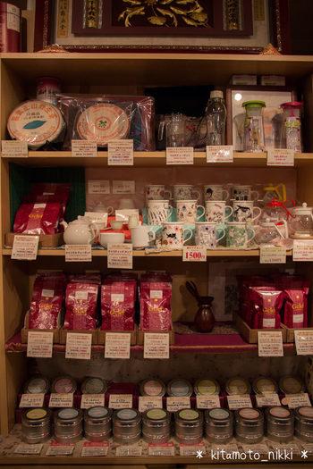産地だけでなく農園によって分けられた紅茶がズラリ。お店の方の紅茶愛を感じます。リーフティーだけでなくティーバッグもあります。