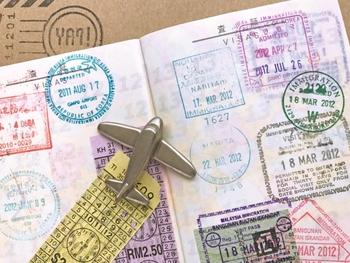 飛行機を降りたら、入国審査を受けます。ここではパスポートと帰りの航空券、入国カード(飛行機の中で配られます)を準備しておきます。審査で聞かれることは、「滞在目的」「日数」「場所」が多いので、答える内容も準備しておくと良いですね。