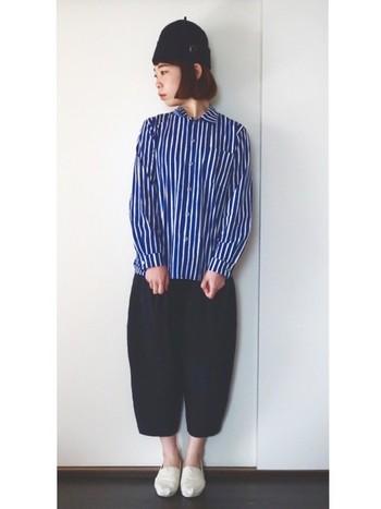 サルエル風パンツと合わせた個性的な着こなしで、印象がガラッと変化!シンプルになりがちなアイテムは、小物やシルエットでアクセントをつけて。