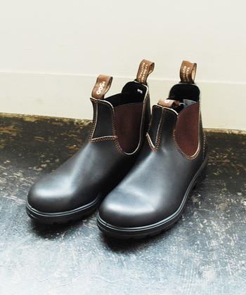 サイドゴアブーツの元祖ともいえる、タスマニア島の老舗メーカー「Blundstone(ブランドストーン)」。晴れの日はもちろん、雨の日にも安心して使えるサイドゴアブーツは、その耐久性と機能性の素晴らしさで定評があります。