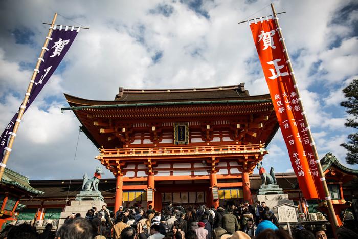 京都市伏見区の稲荷山に鎮座する伏見稲荷大社は、全国に約3万社点在する稲荷神社の総本社です。708年に創建された由緒ある伏見稲荷大社は、京都の中でも特に初詣スポットとして人気がある神社で、大晦日から正月にかけて大勢の参拝者の活気で賑わいます。