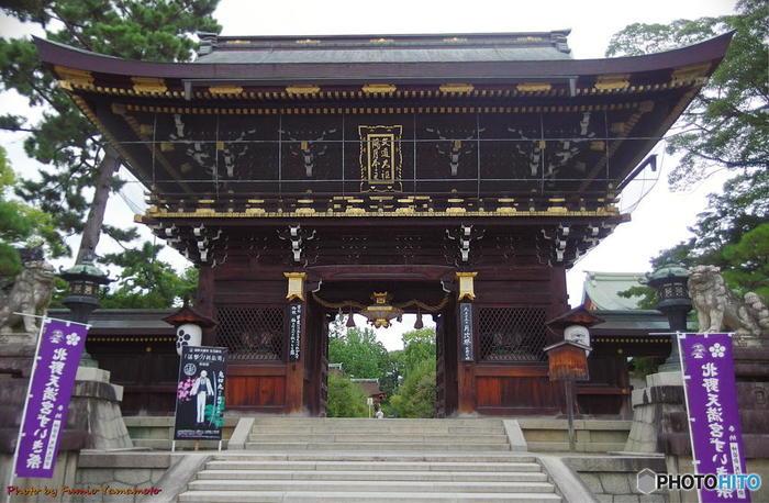 947年に創建された北野天満宮は、無実の罪によって大宰府へ配流された菅原道真公を祀る神社です。
