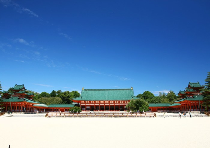 広大な敷地を誇る平安神宮は、1895年に平安遷都1100年を記念して創建された神社です。白砂と朱色をした社のコントラストが美しく、大きな公園のような風情を持つ平安神宮は、縁結びのご利益があることでも知られています。