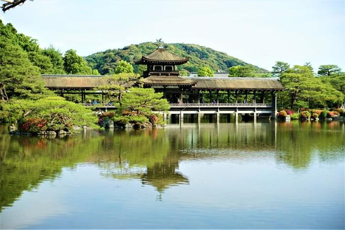 約2万坪の敷地を誇る平安神宮神苑は、国の名勝に指定されている日本庭園です。絵画のように素晴らしい庭園を眺めながら、新年の参拝をしてみるのもおすすめです。