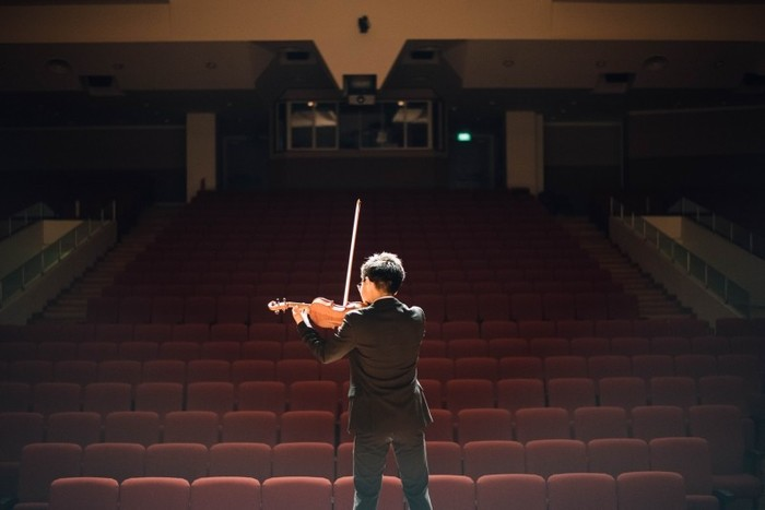 五嶋家では、スポンジのように何でも吸収する子供のころから、子供に楽しいと興味を思ってもらえるよう工夫を凝らしていたそうです。ヴァイオリンの練習もストーリーを作ってみたり、背景を話してみたり...  でも何より、自分に自信のあるヴァイオリンを教えることを通じて、子供に接することが一番重要と考えていたそうです。そうすれば、子どもも疑いなく自信を持てるようになっていくからです。