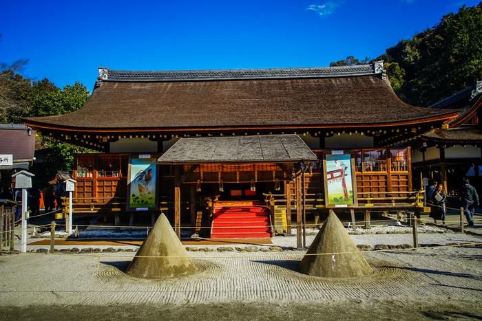 大きな2つの立砂は、「清めの砂」起源として知られており、上賀茂神社では厄除けやお清めのご利益があります。