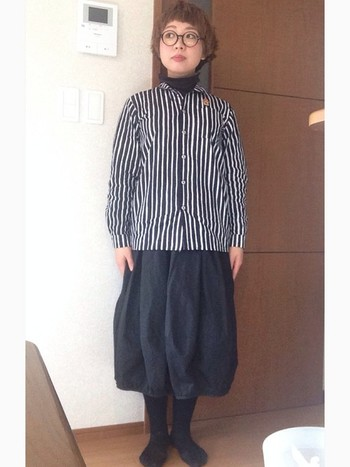 ボリューム感のあるバルーンスカートを合わせれば、モノトーンでもPOPなコーデに。襟元から見えるハイネックもおしゃれです♪