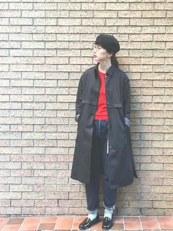 黒を基調にしたスタイリングに赤を差して。ベレー帽とメガネをプラスするだけで周りと差が付く上級者コーデに。メガネとベレー帽は相性抜群ですね♪