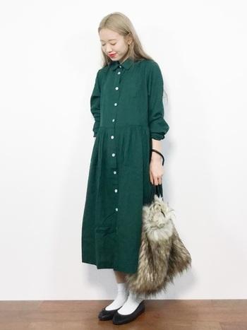 森を連想させるディープグリーンのシャツワンピース。バレエシューズや大きなファーバッグを合わせてガーリーな雰囲気に。靴下の白で清潔感と抜け感を出すのがポイントです。