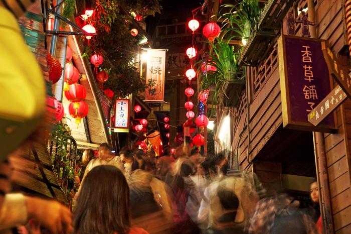 細い路地が迷路のように続いていて、両側にひしめき合うように食べ物屋やお土産屋などの観光客向けの商店が並んでいます。どこのお店からも人を呼び込むかけ声が聞こえてきて、時折日本語でも「いらっしゃいませ~」と聞こえてきます。
