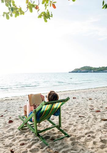 「休養」は何もひたすら休むことだけではありません。文字通りの「身体を休める休養」、そして「英気を養う休養」の2種類の休養の過ごし方があります。実はこの2通りの過ごし方が心身の回復と充実した人生を過ごす点で大切です。週休が2日あるならば、例えば土曜日は心と身体をひたすら休める日と決めて心身のリラックスに努める。日曜日は1週間の力や英気を蓄える日と決めて、趣味やスポーツ、ボランティアなどにいそしむ。など週休の大枠の過ごし方を決めてしまいます。そうすると、自然に平日の仕事や作業が非常に有意義に感じられます。仕事に忙しい人ほどアクティブな休日の過ごし方をしているともいわれていますよ。