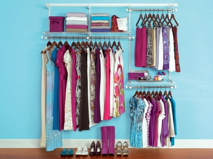 自分がラクできる片付け方を考えていくと、自然と無駄が省けてスッキリ&キレイに。例えば、洗濯物を畳むのが面倒なら、ハンガーに掛けたまま収納できるようにしてみたり。棚の中の整理が面倒なら1つの棚に1ジャンルだけを入れるようにしてみたり。収納する際は、詰め込みすぎず、スペースに余裕を残しておくと、取り出しやすくしまいやすいです。常にキレイを保てるようなお部屋をイメージしながら片付けるようにすると、モチベーションもUPするでしょう。