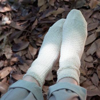 これからさむーい冬がやってきますが、体を冷えから守るのためには足元から暖かく!が鉄則です。ウールの靴下であればふんわりぽかぽか♪くしゅっとたるませて履いてもかわいいですし、ショートブーツからちらりと見せてアクセントカラーとして使うのもおすすめ。