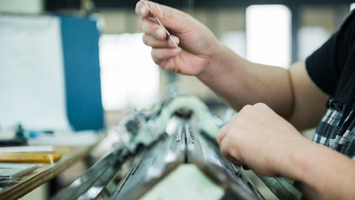 白田のカシミヤは、宮城にある自社工場で、職人さんたちが手動編み機を使って一枚一枚ていねいにカシミヤのニットを編んでいます。手動で編むカシミヤのニットはとても柔らかく優しい肌触りが特徴で、電動の自動編み機には出せない手仕事ならではの風合いが魅力です。