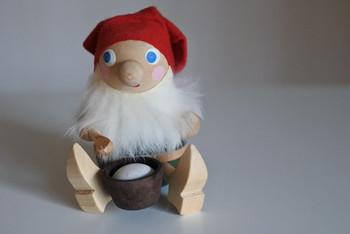 ミルク粥を前にうれしそうな森の妖精・トムテ。スウェーデンの農村では、クリスマス当日の朝、家や家畜小屋を守るトムテをねぎらうためにミルク粥を家の外に置く習慣があります。 1960-70年代にかけてスウェーデンで作られたもの。