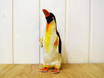 話しかけられるのを待っているように首を伸ばすフェルト製のペンギンさん。旧東ドイツ製で、ドイツの蚤の市での購入品とのこと。