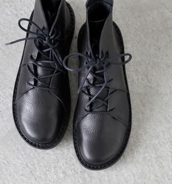 """靴マイスターの熟練の技術が生きる、ドイツの「trippen(トリッペン)」のレイヤードレザーレースアップショートブーツ""""NOMAD""""。足先に丸みをもたせた柔らかなシルエットや、履き口の切りっぱなしレザーのぬくもり感が女性らしさを引き立ててくれます。"""