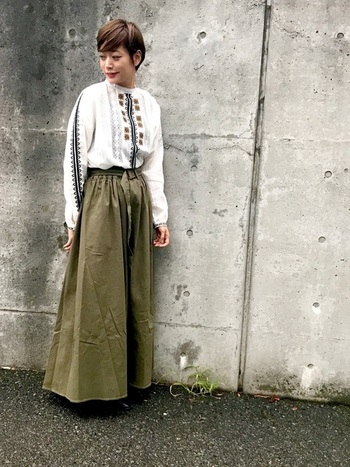 ハイネックの刺繍ブラウスと合わせれば、シックなボヘミアンスタイルにもなります。マキシ丈のチノスカートなら、より今年らしい印象に。