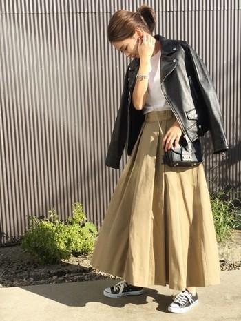 ボリュームのあるチノスカートには、短めのブルゾンがおすすめ。黒のライダースにもバッチリです。
