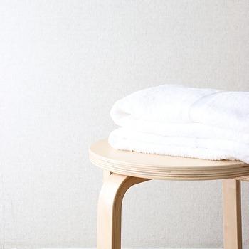 毎日使うバスタオル。入浴前にバスタオルを用意して、使ったら洗濯をして、乾いたら畳んでから収納…。日々のことですが、もう少し短縮して済ませたいところですよね。