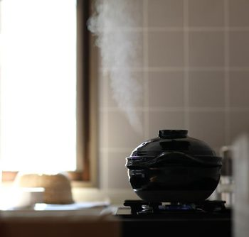 大切な事は、火を消すタイミングです。短すぎるとしっかり火が蓄えられなくて炊けず、長過ぎるとおこげを通りこして焦げてしまいます。香ばしい香りがしてきたら、炊き上がりのいいころです。お米の状態や季節や天候に応じて、水の量や時間を調節することで、お好みの美味しいご飯に仕上がりますよ。