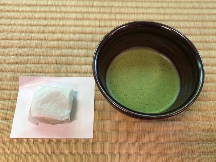 そんな南禅寺の本坊「滝の間」ではお抹茶と落雁が楽しめます。落雁は亀屋清永製の南禅寺限定品。心地よい滝の音を聞きながら、まろやかなお抹茶と上品な甘味の落雁で、ほっと一息ついてみませんか?