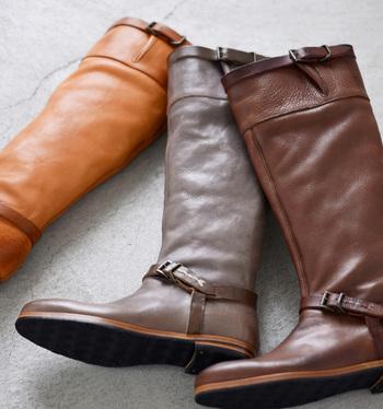 """1930年代のアメリカで、労働者のために生まれた安全靴がもとになった""""エンジニアブーツ""""。ハードなイメージが強いブーツですが、その雰囲気を残しつつ、フェミニンな要素を取り入れたロングブーツがこちら。""""30年たっても履ける靴""""がコンセプトの""""ショセ""""の新ブランド、「MUKAVA(ムカヴァ)」のアイテムです。"""