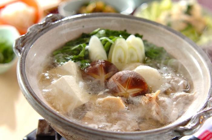 鍋の定番の「水炊き」。元々は博多の名物料理です。残っただし汁に、〆のご飯やうどんを入れて食べると美味しいですよ。