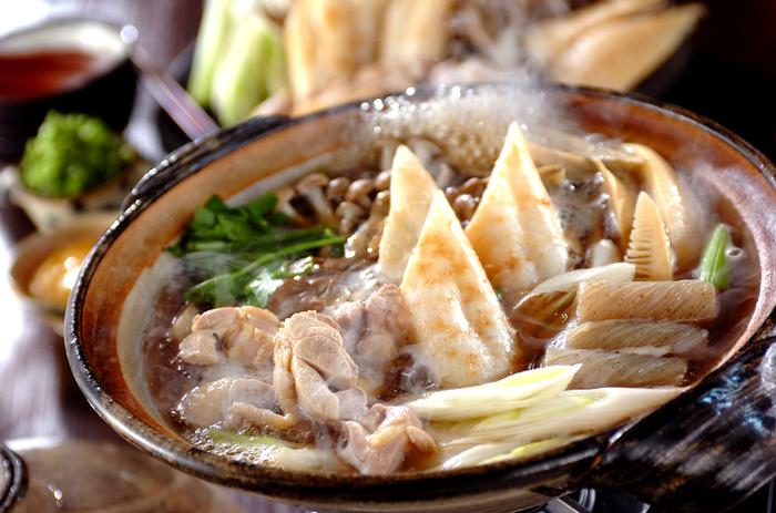 もちもちのきりたんぽが特徴の秋田県の郷土料理「きりたんぽ鍋」。鶏ガラのスープにゴボウ、マイタケ、ネギ、セリを入れていただきましょう。