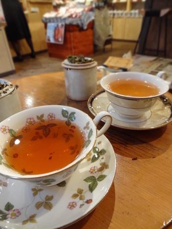 販売されている紅茶はティーサロンでいただくこともできますが、店内ですべて試飲も可能。購入前に味が知れるのはうれしいですね。