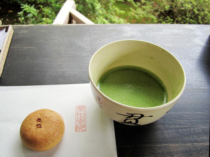 お茶席でいただけるお菓子の懐紙には、皇室ゆかりのお寺として「栗田御所」の文字が。平安神宮前にある「京菓子司 平安殿」の黄身餡がとってもおいしいお菓子です。