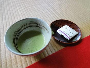 水琴窟(すいきんくつ)と呼ばれる日本庭園の装飾の一つに耳を傾けると、忘れられなくなりそうな心地良い音を聞くことができますよ。