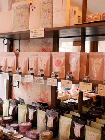 店内では茶葉の販売も。紅茶のパッケージも華やかでかわいいんです!自分用にも誰かのプレゼントにも買いたくなってしまいます。