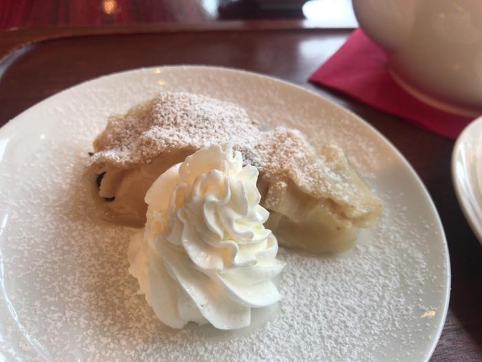 オーストリアの伝統菓子「アップルシュトルーデル」。ほかのお店ではなかなか味わえないものです。