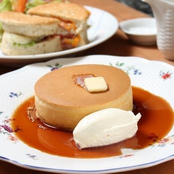 紅茶に合わせるスイーツとして食べたいのは、銅板で焼きあがる「究極のホットケーキ」。紅茶を使ったソースをかけていただきます。