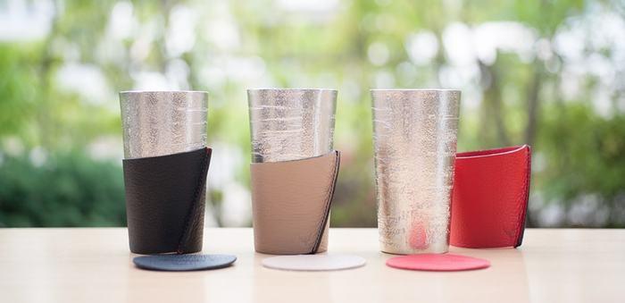 能作×24KIRICOのコラボから生まれたビアカップ シラカバセット。能作の使い勝手の良い錫のビアカップを彩るのは、北海道札幌市にある皮革製品ブランド「24 KIRICO(にじゅうよんきりこ)」のスリーブとコースターです。