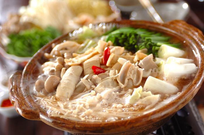 プニプニとした食感のモツとたっぷり野菜のモツ鍋は美容と健康にもGood。味噌・塩・醤油など、色んなスープで楽しめるのも魅力。こってりとした味付けでも、意外と低カロリーなので嬉しいですね◎